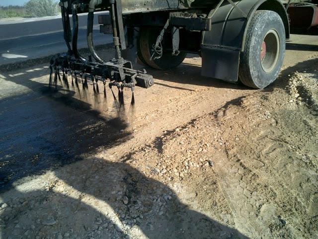 Gambar pelaksanaan lapis resap pengikat (prime coat) menggunakan asphalt distributor